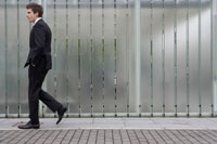 歩道を歩くビジネスマン