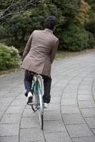 石畳の上を自転車で走る男性