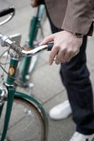 自転車のハンドルを握る男性
