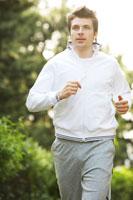 公園でジョギングをする男性