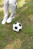 公園でサッカーをする男性