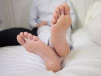 パジャマ姿の男性の足裏