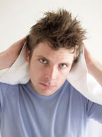 タオルで髪を乾かす男性