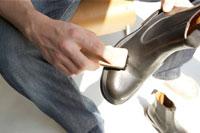 椅子に座って革靴を磨く男性 24014000395  写真素材・ストックフォト・画像・イラスト素材 アマナイメージズ