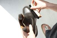 革靴を磨く男性の手 24014000396  写真素材・ストックフォト・画像・イラスト素材 アマナイメージズ