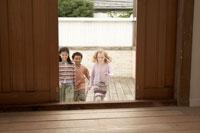 扉から入ってくる少年少女3人