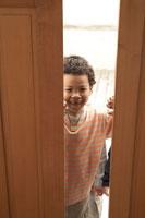 扉を開ける少年