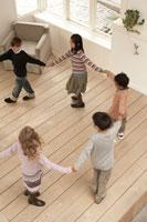 輪になって遊ぶ少年少女5人