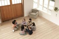 輪になって話しをする少年少女7人 24014000410A| 写真素材・ストックフォト・画像・イラスト素材|アマナイメージズ