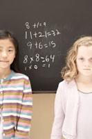 黒板の前に立つ少女2人 24014000418| 写真素材・ストックフォト・画像・イラスト素材|アマナイメージズ