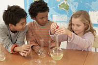 フラスコで実験をする少年少女3人