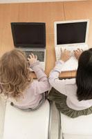 コンピュータをする少女2人