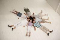 床に寝そべる少年少女7人 24014000482B| 写真素材・ストックフォト・画像・イラスト素材|アマナイメージズ