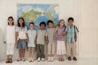 世界地図の前に並ぶ少年少女7人