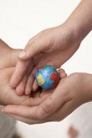小さな地球ボールを持つ子供の手元 24014000488A  写真素材・ストックフォト・画像・イラスト素材 アマナイメージズ