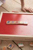 PEACEと書かれた赤いパネル