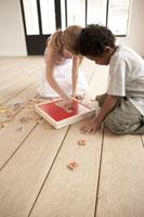 アルファベットパズルで遊ぶ少年少女2人