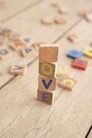 LOVEと積まれたアルファベットパズル