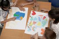 地球を描く少年少女4人