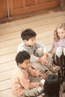 輪になって話しをする少年少女4人