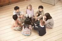 輪になって話しをする少年少女7人 24014000514| 写真素材・ストックフォト・画像・イラスト素材|アマナイメージズ