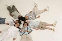 床に寝そべる少年少女6人 24014000518| 写真素材・ストックフォト・画像・イラスト素材|アマナイメージズ