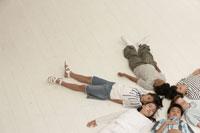 床に寝そべる少年少女6人