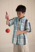けん玉で遊ぶ少年 24014000530A| 写真素材・ストックフォト・画像・イラスト素材|アマナイメージズ