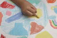 地球を描く少女の手元