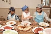 サンドイッチを作る少年少女3人