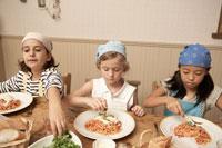 スパゲッティを食べる少年少女3人 24014000577| 写真素材・ストックフォト・画像・イラスト素材|アマナイメージズ