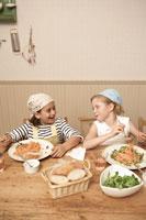 スパゲッティを食べる少年少女2人