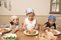 スパゲッティを食べる少年少女3人 24014000594| 写真素材・ストックフォト・画像・イラスト素材|アマナイメージズ
