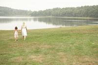 手を繋いで湖畔を散歩する娘と母 24014000653  写真素材・ストックフォト・画像・イラスト素材 アマナイメージズ