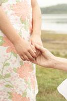 湖畔で手を繋ぐ母と娘