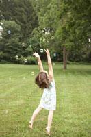 シャボン玉で遊ぶ少女 24014000691| 写真素材・ストックフォト・画像・イラスト素材|アマナイメージズ