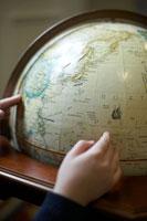 地球儀を回す少女の手 24014000712  写真素材・ストックフォト・画像・イラスト素材 アマナイメージズ