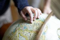 地球儀を指す少女の手 24014000717  写真素材・ストックフォト・画像・イラスト素材 アマナイメージズ