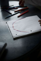 テーブルで虹を描く少女 24014000737  写真素材・ストックフォト・画像・イラスト素材 アマナイメージズ