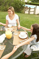 朝食の前に手を繋いでお祈りをする家族
