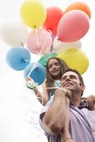 風船を持った少女を肩車する父 24014000835  写真素材・ストックフォト・画像・イラスト素材 アマナイメージズ