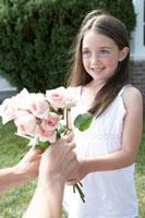 バラの花束を受け取る少女と母親の手元 24014000865| 写真素材・ストックフォト・画像・イラスト素材|アマナイメージズ