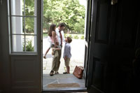 玄関で子供たちを抱擁する仕事帰りの父