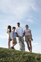 手を繋いで外で団欒する家族 24014000889  写真素材・ストックフォト・画像・イラスト素材 アマナイメージズ