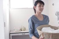 洗濯物のかごを持つ女性