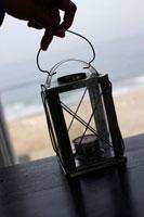 テーブルに置かれたキャンドル 24014000929  写真素材・ストックフォト・画像・イラスト素材 アマナイメージズ