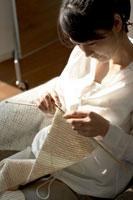 編み物をする女性 24014000987| 写真素材・ストックフォト・画像・イラスト素材|アマナイメージズ