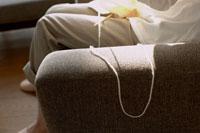 編み物をする女性の足元 24014000992| 写真素材・ストックフォト・画像・イラスト素材|アマナイメージズ