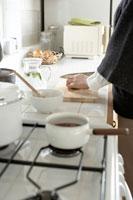 キッチンで料理をする女性の手元