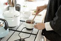 ジャムを煮る女性の手元